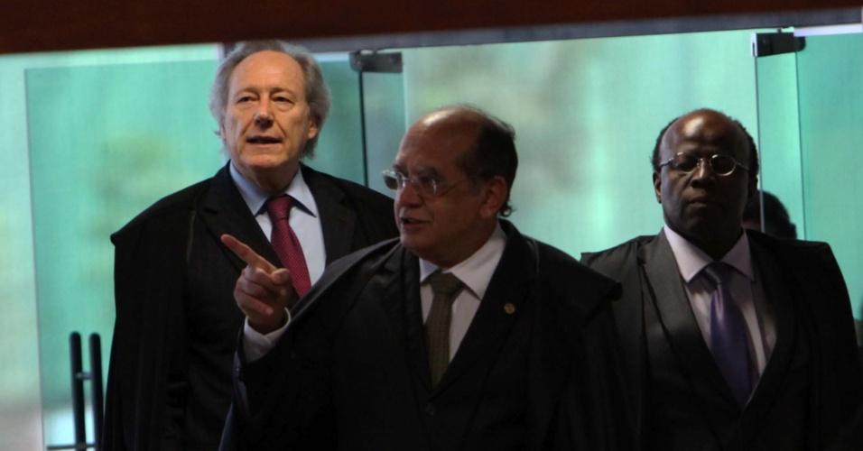 10.set.2012 - Ministros chegam ao plenário do Supremo Tribunal Federal (STF) para acompanhar a 20ª sessão do julgamento do mensalão, nesta segunda-feira (10)