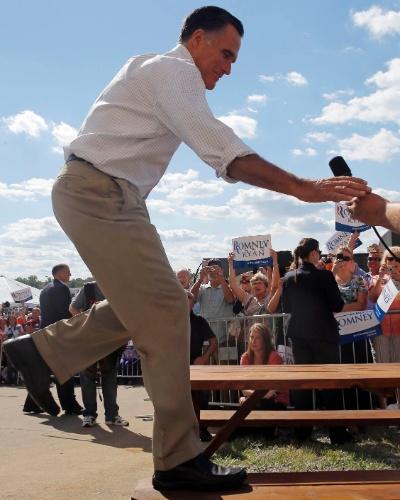 10.set.2012 - O candidato do Partido Republicano à Presidência dos EUA, Mitt Romney, sobe em mesa de piquenique para falar à plateia em comício realizado em Mansfield, no Estado de Ohio, nesta segunda-feira (10)