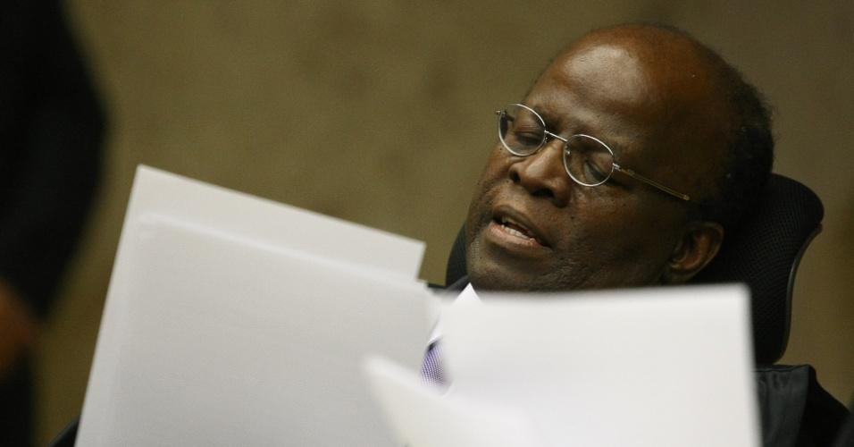 10.set.2012 - O ministro Joaquim Barbosa lê o seu voto durante a sessão do 21º dia de julgamento do mensalão, nesta segunda-feira (10). Ele afirmou que Marcos Valério mentiu em juízo para tentar livrar-se da acusação de lavagem