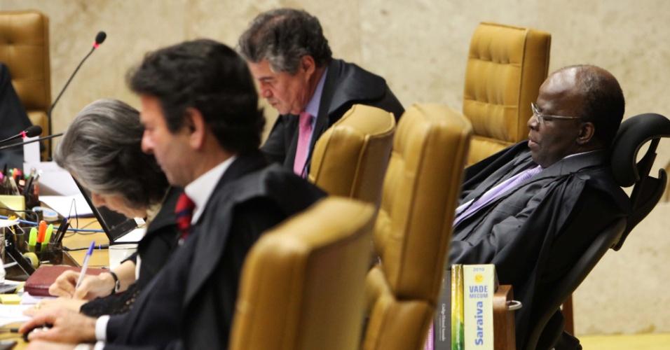 """10.set.2012 - O ministro Joaquim Barbosa, relator do processo do mensalão, lê o seu voto durante a sessão do 21º dia de julgamento do caso, nesta segunda-feira (10). Ele afirmou que a lavagem de dinheiro do esquema foi uma ação """"orquestrada"""" entre Banco Rural e empresas de Marcos Valério"""