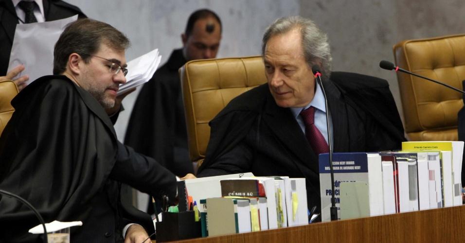 10.set.2012 - O ministro-revisor, Ricardo Lewandowski, e o ministro Dias Toffoli conversam durante sessão do julgamento do mensalão, que chega a sua terceira fase com o início da análise do crime de lavagem de dinheiro