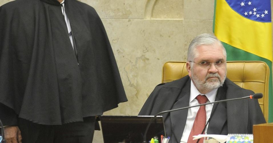 10.set.2012 - O procurador-geral da República, Roberto Gurgel, acompanha sessão do 21º dia de julgamento do mensalão, que chega a sua terceira fase com o início da análise do crime de lavagem de dinheiro