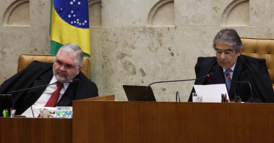 10.set.2012 - O procurador-geral da República, Roberto Gurgel, e o presidente do STF, Carlos Ayres Britto, acompanham sessão do 20º dia de julgamento do mensalão, nesta segunda-feira (10)