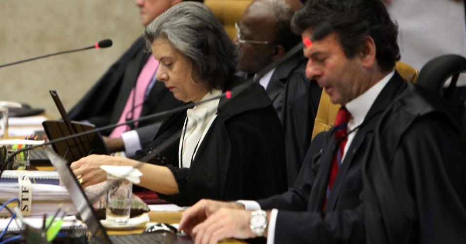 10.set.2012 - Os ministros Luiz Fux (primeiro plano) e Cármen Lúcia acompanham sessão do julgamento do mensalão, que chega a sua terceira fase com o início da análise do crime de lavagem de dinheiro