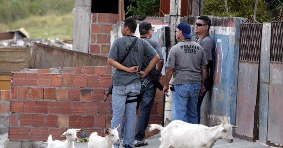 10.set.2012 - Policiais civis e militares realizaram operação, na tarde desta segunda-feira, na favela da Chatuba, na Baixada Fluminense, onde seis jovens foram capturados e assassinados por traficantes no sábado (8). Os corpos das vítimas foram encontrados à beira da rodovia Presidente Dutra, sentido Rio de Janeiro, altura do município de Nova Iguaçu, também na Baixada
