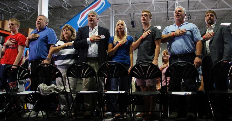 10.set.2012 - Público faz juramento de lealdade à bandeira dos Estados Unidos antes do início de comício do candidato do Partido Republicano à Presidência dos EUA, Mitt Romney, em Mansfield, no Estado de Ohio, nesta segunda-feira (10)
