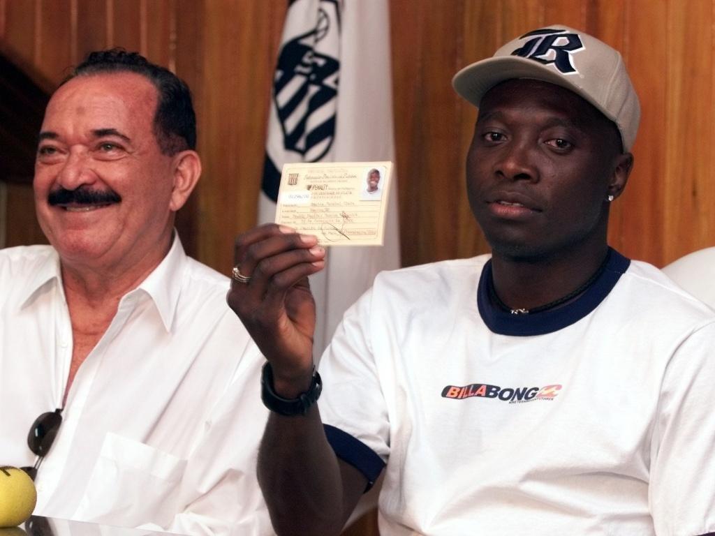 Milton Teixeira, ex-presidente do Santos, ao lado do jogador Rincón, na apresentação do colombiano ao time alvinegro em 2000; Milton morreu no dia 10/09/2012
