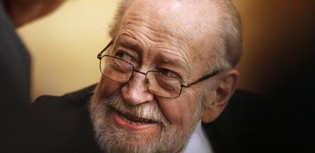 O escritor mexicano Ernesto de La Peña em evento de literatura no México
