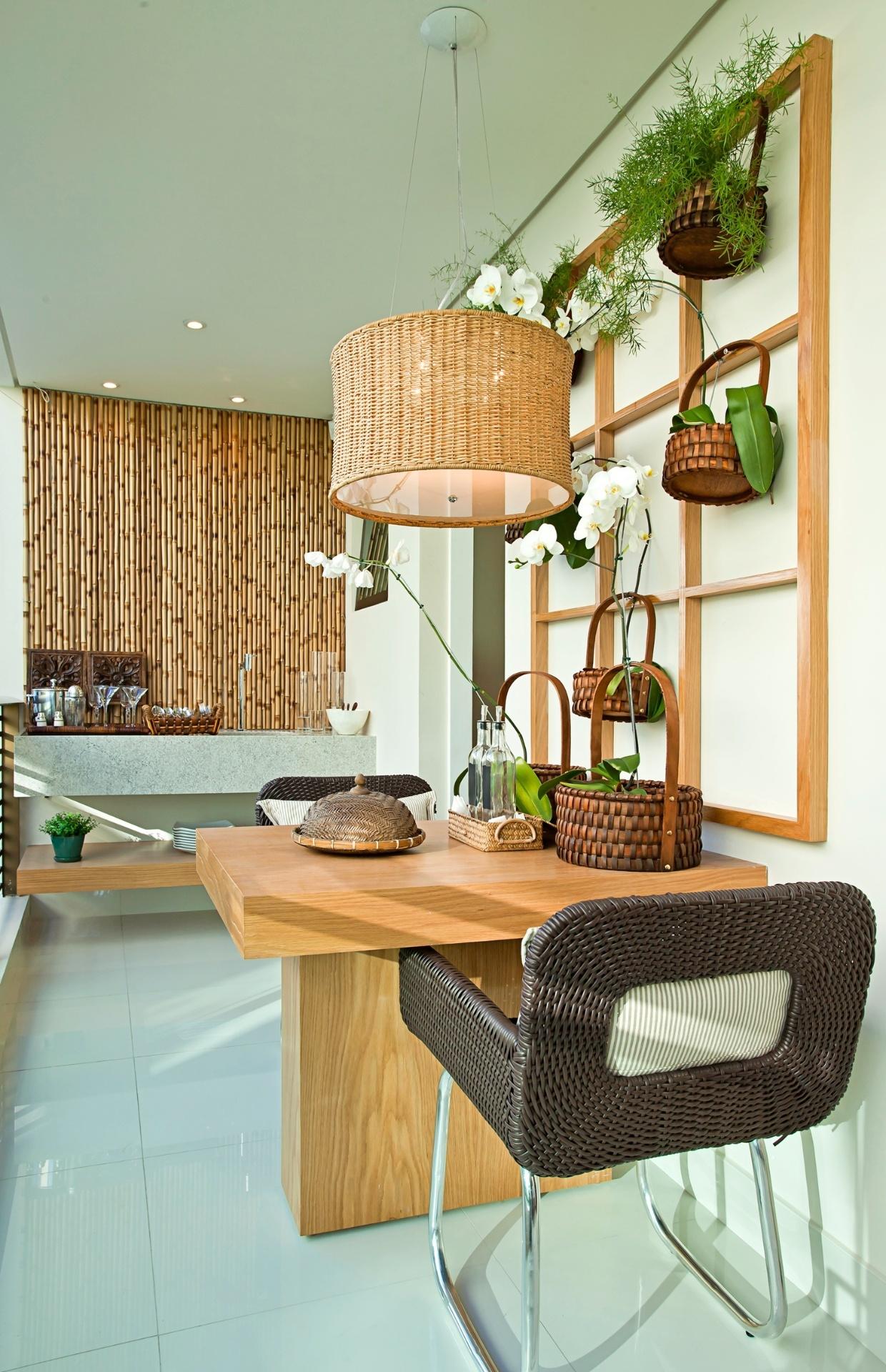 Em uma das paredes da varanda projetada pela arquiteta Maithiá Guedes foram aplicados painéis de bambu da empresa A Morada. Segundo a arquiteta, é usado fio de aço para juntar os bambus, que formam a superfície com medidas 1,5 x 2 m ou 0,75 x 2 m