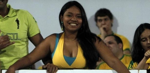 Torcedora faz homenagem ao atacante Hulk antes do amistoso entre Brasil e China, em Recife (10/09/2012)