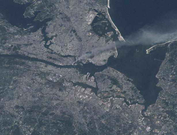 11.set.2012 - A Nasa (agência espacial norte-americana) relembrou os 11 anos do ataque ao World Trade Center, em Nova York, com a publicação da foto feita por Frank Culbertson, comandante da Expedição 3. Ele estava a bordo da ISS (Estação Espacial Internacional) no dia em que as torres gêmeas foram atingidas por aviões em 11 de setembro de 2011, onde só é visível uma coluna de fumaça saindo da região metropolitana
