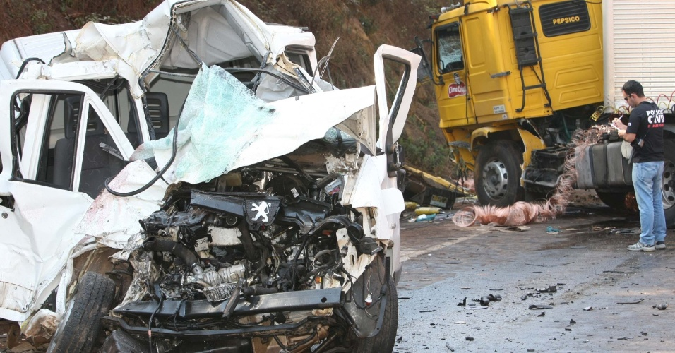 11.set.2012 - Acidente entre uma van carregada de material de solda e uma carreta deixou um morto na manhã desta terça-feira (11), no km 581 da BR 040, sentido Belo Horizonte, no município de Itabirito (MG). O trânsito no local ficou congestionado em ambos os sentidos
