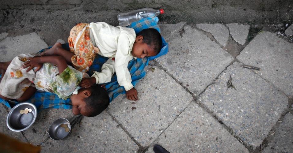 11.set.2012 - Crianças dormem em rua enquanto pediam esmolas em Katmandú, no Nepal