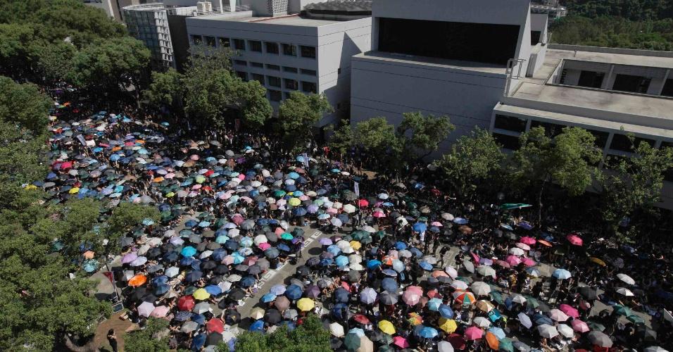 11.set.2012 - Estudantes e professores chineses participam nesta terça-feira (11) de protesto em frente à Universidade de Hong Kong, contra os planos do governo para a educação nacional