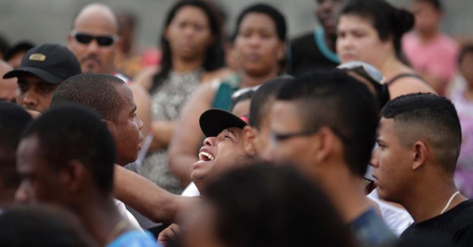 11.set.2012 - Familiares se emocionam durante o enterro dos seis jovens que foram mortos por traficantes da favela da Chatuba, no último sábado (8). As vítimas foram assassinadas no parque do Gericinó, em Mesquita, na Baixada Fluminense (RJ)