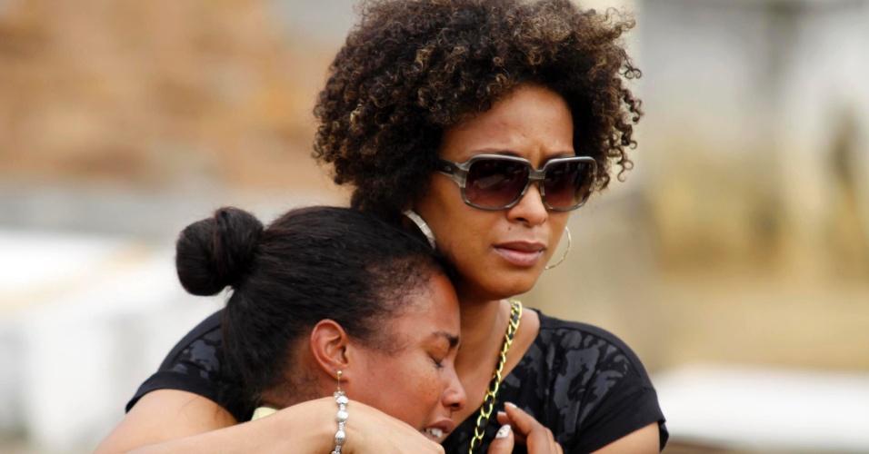 11.set.2012 - Familiares se emocionam durante o enterro dos seis jovens que foram mortos por traficantes da favela da Chatuba,  no último sábado (8), no parque do Gericinó, em Mesquita, na Baixada Fluminense (RJ)