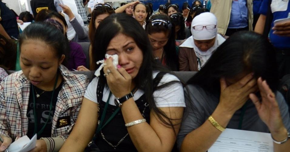 11.set.2012 - Filipinas que trabalhavam na Síria se emocionam ao desembarcarem no Aeroporto Internacional de Manila nesta terça-feira (11). Cerca de 260 trabalhadoras retornaram da Síria por conta da violência no país
