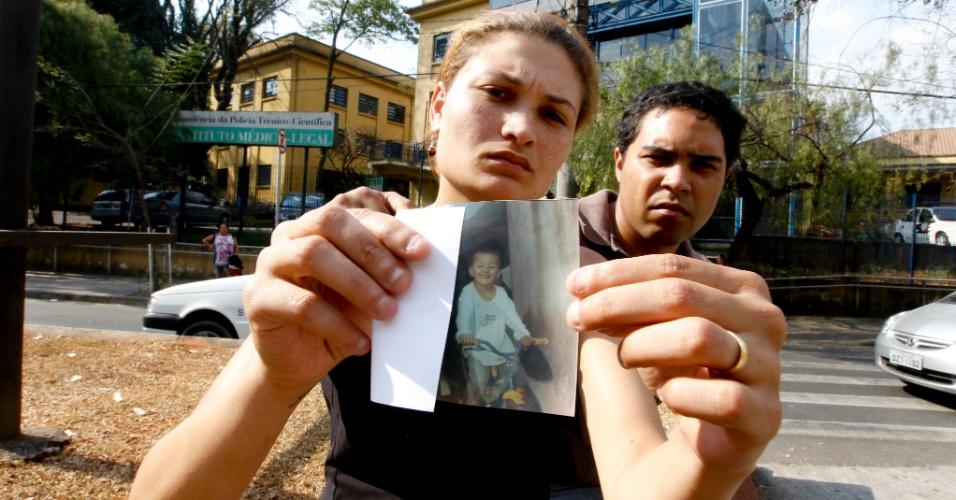 11.set.2012 - Flávia Brito e Edson Alves, pais de Renato, 4, mostram foto do filho, que morreu após passar mal em uma Emei na Brasilândia, zona norte de São Paulo