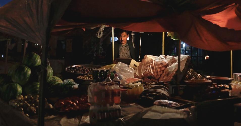 """11.set.2012 - Homem monta uma quitanda no vale Kalu em Bamiyan, Afeganistão, região que tem grandes depósitos de minério de ferro. Ainda que o país tenha cerca de US$ 1 trilhão em recursos naturais - incluindo petróleo, ouro e cobre - para ser explorado, os afegãos dizem que a """"esperança de autossuficiência é temperada por preocupações sobre a corrupção e a segurança"""""""
