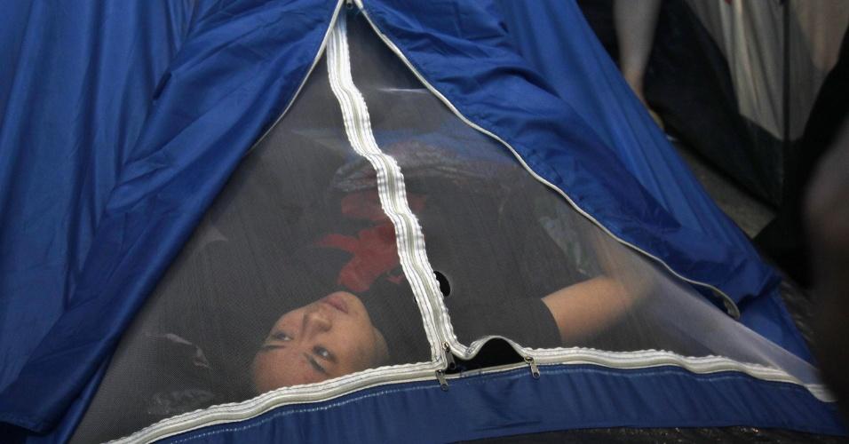 11.set.2012 - Manifestante do movimento Ocupe Hong Kong se esconde nesta terça-feira (11) dentro de uma barraca antes de ser removida por oficiais de Justiça, na sede do banco HSBC. A polícia retirou os manifestantes remanescentes em Hong Kong de uma praça ao ar livre que fica na sede do banco HSBC, quase um ano depois de se instalarem no local