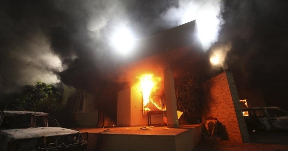 """11.set.2012 - Manifestantes armados atacam o consulado dos Estados Unidos em  Benghazi (Líbia) durante protesto contra o filme """"O Julgamento de Maomé"""", considerado por eles  como anti-islâmico. Um funcionário norte-americano morreu e outro ficou ferido durante o ataque, nesta terça-feira"""