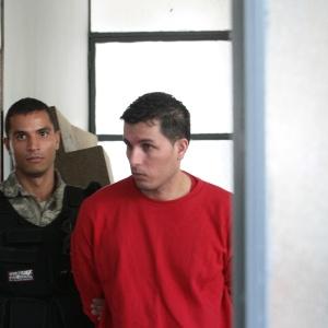 """11.set.2012 - Marcos Antunes Trigueiro (de vermelho), conhecido como o """"maníaco do volante"""", em seu julgamento no Fórum de Nova Lima, região metropolitana de Belo Horizonte"""