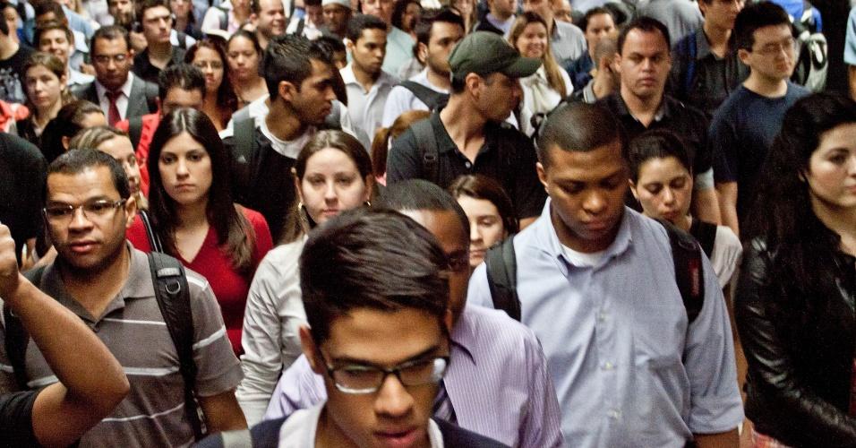 11.set.2012 - Movimentação de passageiros é intensa na estação Pinheiros do metrô (Linha 4- amarela), por volta das 18h, nesta terça-feira