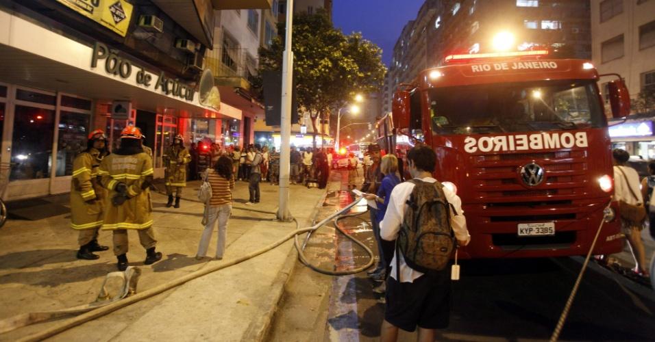 11.set.2012 - O Corpo de Bombeiros  foi acionado para controlar um incêndio em um  prédio residencial na avenida Nossa Senhora de Copacabana, na zona sul do Rio de Janeiro, na tarde desta terça-feira.  Não houve vítimas. O incêndio foi controlado em aproximadamente 30 minutos