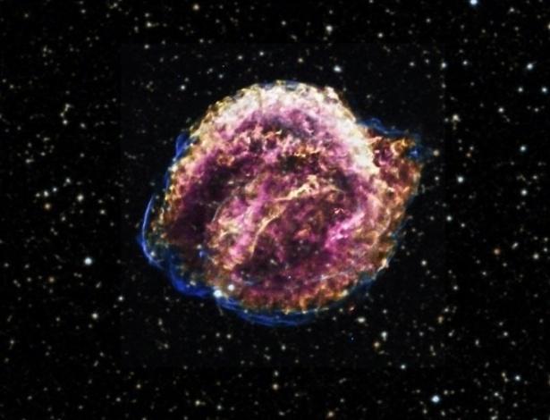 11.set.2012 - O Observatório de Raios X Chandra, da Nasa (Agência Espacial Norte-Americana), fez nova análise da supernova de Kepler, uma das mais jovens da Via Láctea, e descobriu uma grande quantidade de ferro no corpo celeste. A presença da substância indica que a explosão de estrelas ocorreu há 23 mil anos-luz de distância, e não há 13 mil anos-luz, e de forma mais intensa e poderosa do que os astrônomos imaginavam