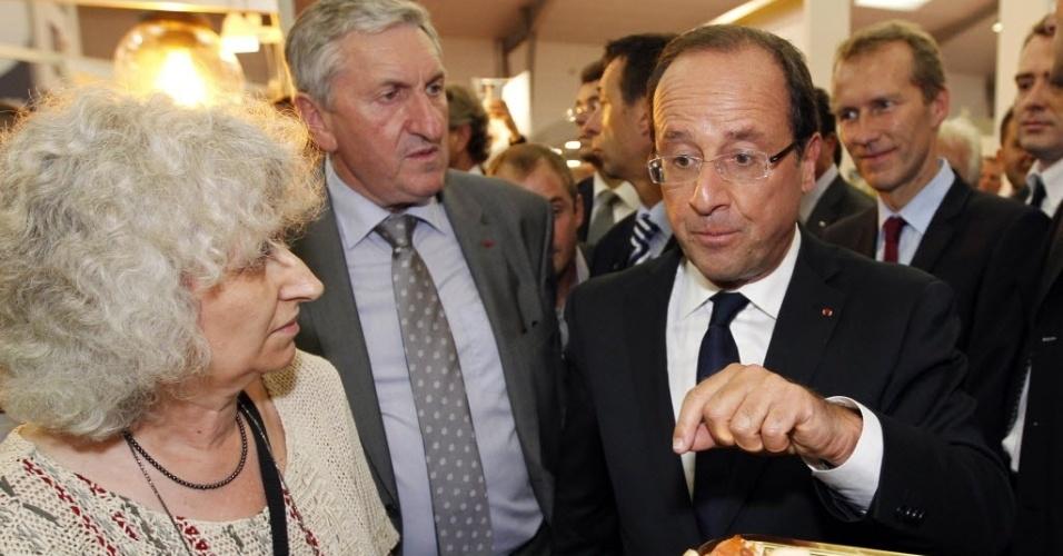 11.set.2012 - O presidente da França, François Hollande (direita), participa de feira  internacional da cadeia produtiva de gado, em Rennes (França)