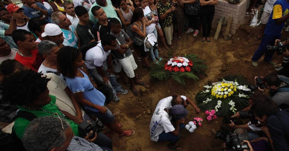 11.set.2012 - Os corpos dos seis jovens mortos na chacina ocorrida no sábado (8) no parque do Gericinó em Mesquita, Baixada Fluminense (RJ), estão sendo velados juntos, desde a madrugada desta terça-feira (11), em um ginásio municipal em Nilópolis
