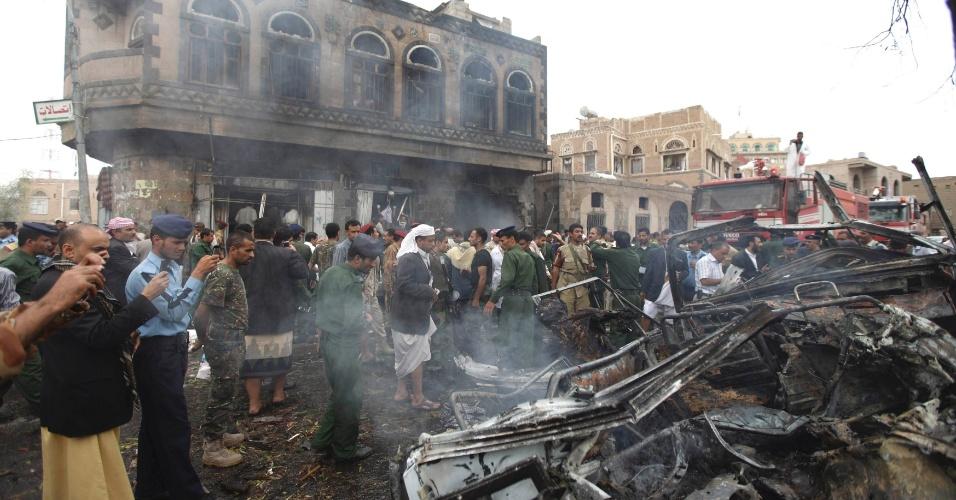 11.set.2012 - Pelo menos sete pessoas morreram nesta terça-feira (11) devido à explosão de um carro-bomba na capital Sanaa, durante passagem da comitiva do ministro da Defesa do Iêmen, Ahmad Mohammed Nasser, que ficou ferido