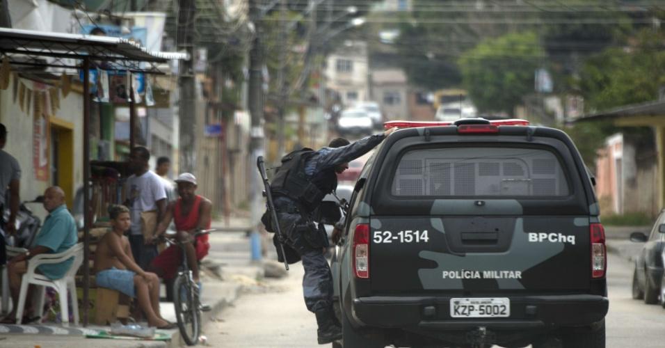11.set.2012 - Polícia Civil procura os autores da chacina que matou seis jovens na favela da Chatuba, em Mesquita (RJ), no sábado (8)