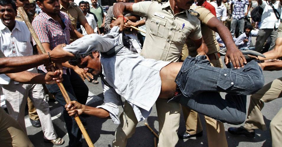 11.set.2012 - Policiais indianos prendem manifestante que participa de 2º dia de protestos contra a usina nuclear Kudankulam, em Chennai