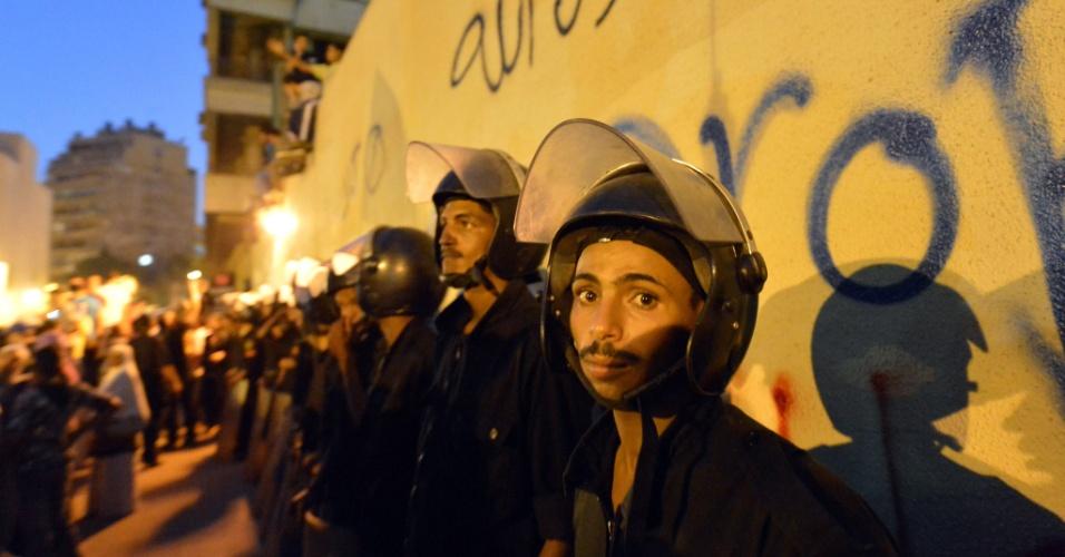 """11.set.2012 - Policiais protegem embaixada dos Estados Unidos no Cairo, Egito; o local foi cenário de protestos contra o filme """"O Julgamento de Maomé"""", recém-lançado nos EUA, considerado pelos manifestantes ofensivo ao islã"""