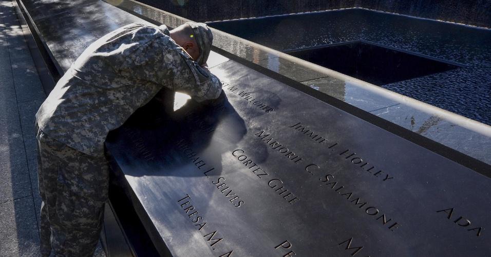11.set.2012 - Scott Willens, que se alistou no Exército norte-americano três dias após os ataques de 11 de setembro de 2001, homenageia vítimas dos atentados, no World Trade Center, em Nova York (EUA)