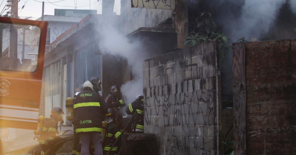 11.set.2012 - Um incêndio atingiu uma marcenaria no bairro do Capão Redondo, zona sul de São Paulo, no início da manhã desta terça-feira (11). O fogo destruiu completamente o local. Não há vítimas