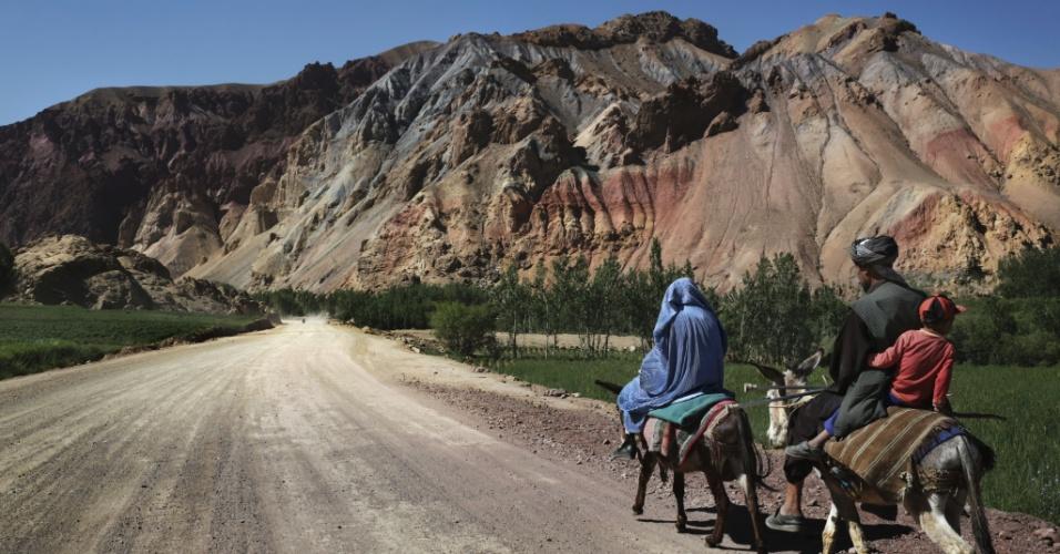 """11.set.2012 - Uma família viaja até o vale do Kalu em Bamiyan, Afeganistão, região que tem grandes depósitos de minério de ferro. Ainda que o país tenha cerca de US$ 1 trilhão em recursos naturais - incluindo petróleo, ouro e cobre - para ser explorado, os afegãos dizem que a """"esperança de autossuficiência é temperada por preocupações sobre a corrupção e a segurança"""""""
