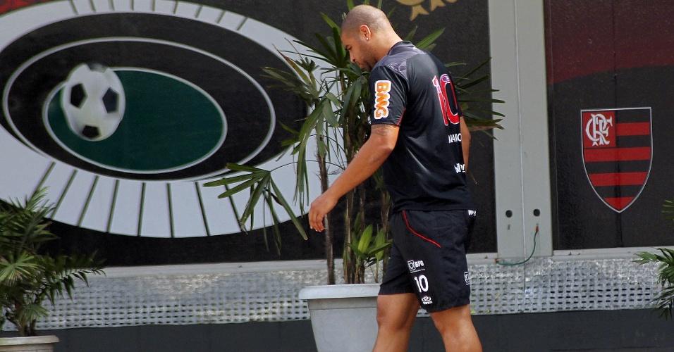 Com curativo no pé esquerdo, Adriano caminha pelo Ninho do Urubu durante dia de treinamento em tempo integral no Flamengo