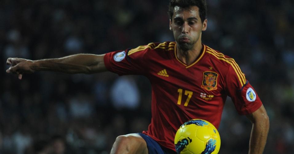 Alvaro Arbeloa, lateral da Espanha, se esforça para dominar a bola no confronto ante a Geórgia em Tbilisi