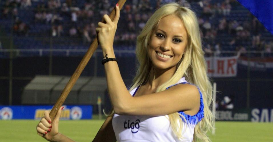 Animadora de torcida ajudou a embelezar o ambiente antes do jogo Paraguai x Venezuela