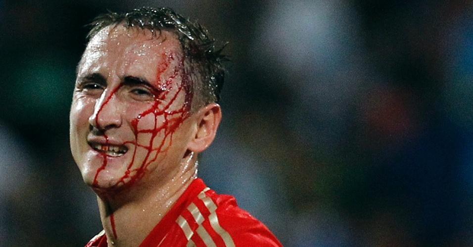 11.set.2012 - Bystrov leva pancada na cabeça e sangra bastante durante a partida da Rússia contra Israel, disputada em Tel Aviv; russos golearam por 4 a 0 pelas eliminatórias da Copa-2014