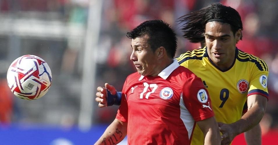 Chileno Gary Medel tenta proteger a bola da chegada do colombiano Falcao Garcia
