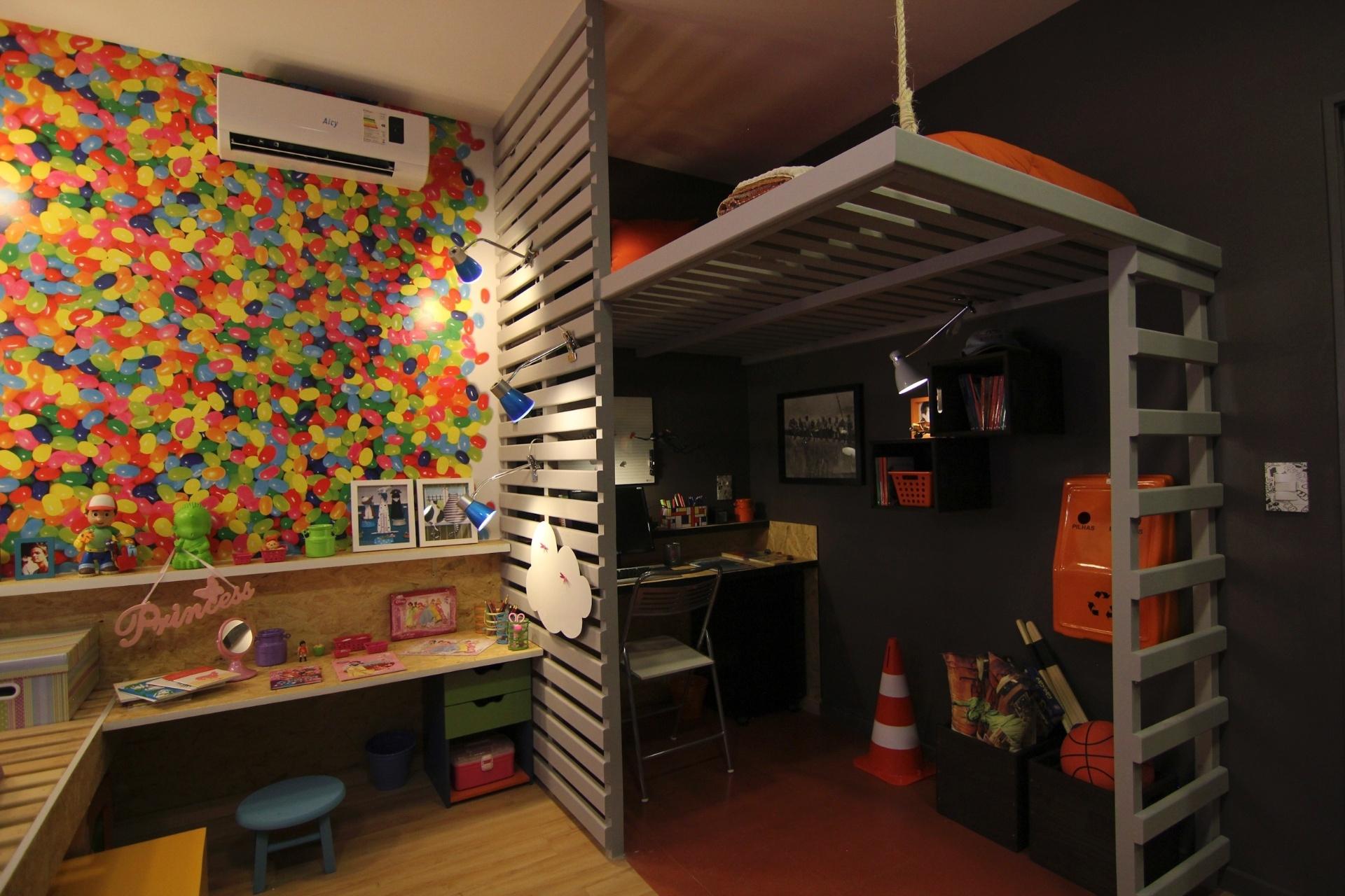 Como a casa é pequena e dois filhos dividem o mesmo quarto, o arquiteto propõe uma decoração em dois estilos. O canto do pré-adolescente tem cama no mezanino. A casa projetada por Gustavo Calazans está em exposição na 1ª Mostra Casa Leroy Merlin, em São Paulo
