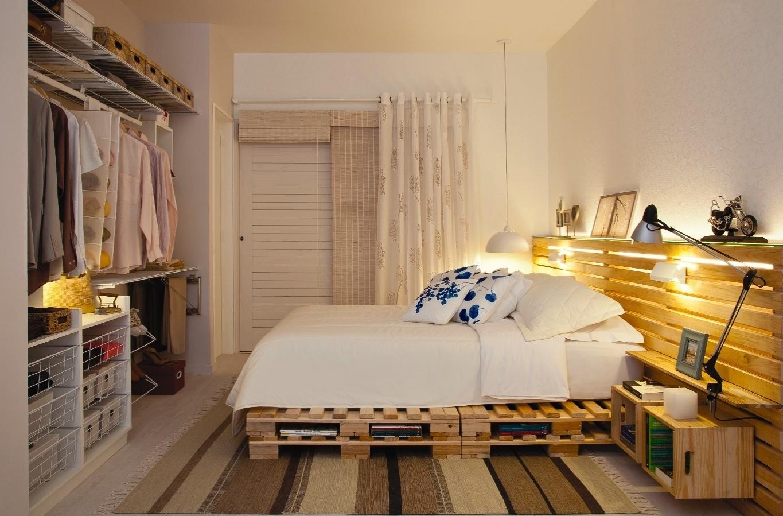 Como o quarto do casal é pequeno, o projeto priorizou a otimização da área com peças funcionais como a cama de pallets e a decoração neutra de tons rebaixados e diferentes texturas. A casa projetada pelo arquiteto Gustavo Calazans está em exposição na 1ª Mostra Casa Leroy Merlin, em São Paulo