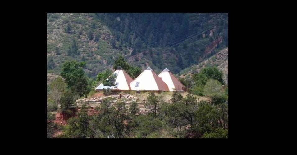 Complexo de quatro pirâmides, para aqueles fins de semana que você trabalhou feito um escravo, dormiu pelo que parecia uma eternidade e acordou de ressaca no sábado com o bafo do Mun-rá. Com 2,6 mil metros quadrados, é achável em Manitou Springs, no Colorado (EUA), e pode ser sua por apenas US$ 650 mil