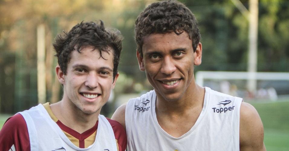 Convocados para a seleção brasileira, Bernard e Marcos Rocha posam para foto na Cidade do Galo (11/9/2012)