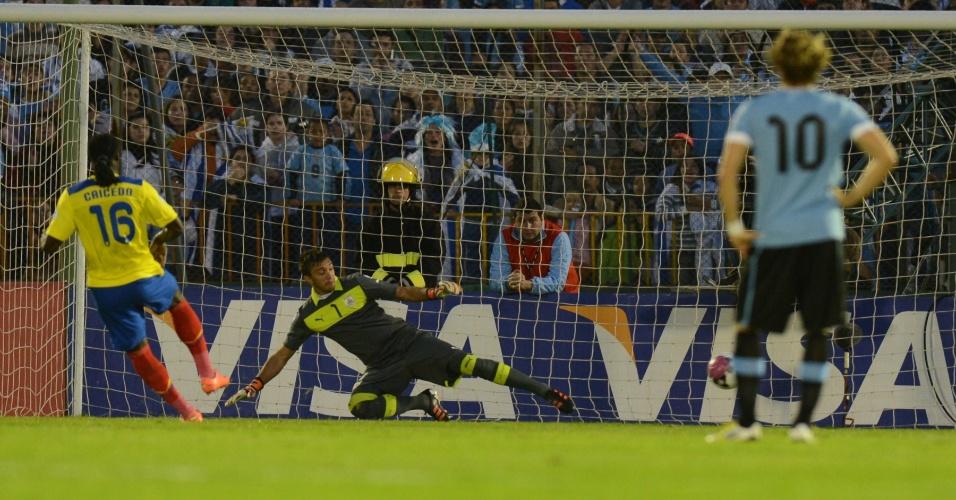 11.set.2012 - De pênalti, Felipe Caicedo abre o placar para o Equador contra Uruguai em partida pelas eliminatórias da Copa do Mundo-2014