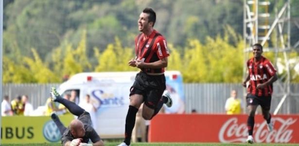 Elias comemora seu gol na vitória do Atlético-PR sobre o CRB