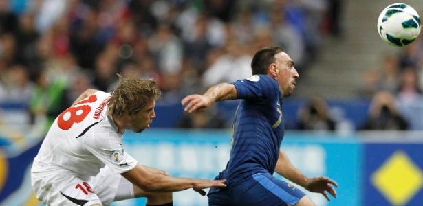 Francês Franck Ribery tenta escapar da marcação de Dmitry Verkhovtsov, de Belarus